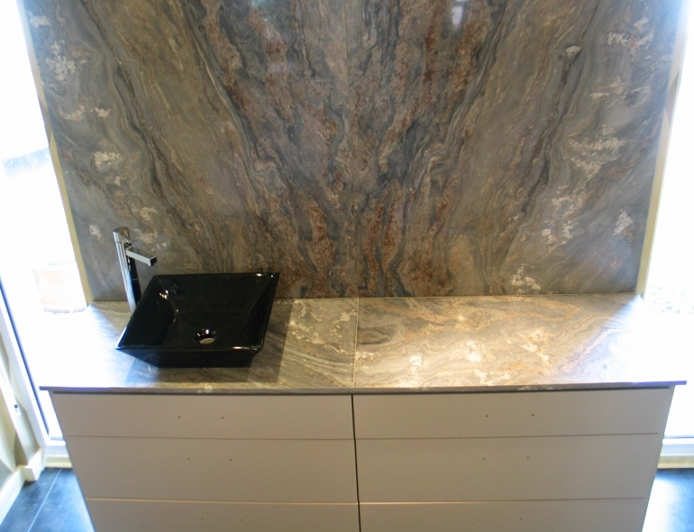 <p>Bathroom wall and « palissander » marble tray.</p>